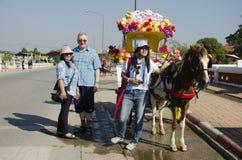 Vieil homme allemand et femmes thaïlandaises posant avec le chariot hippomobile b Images stock
