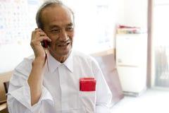 Vieil homme appelle le téléphone Images stock