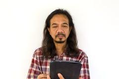 Vieil homme asiatique à l'aide du Tablette-PC Images stock