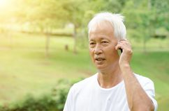 Vieil homme asiatique appelle le téléphone Photographie stock