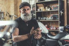 Vieil homme assurément dans le garage Photo libre de droits