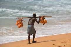 Vieil homme avec des noix de coco Images libres de droits