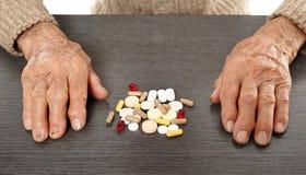 Vieil homme avec des pilules Photo libre de droits