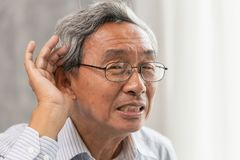vieil homme avec des problèmes sourds d'audition photo stock