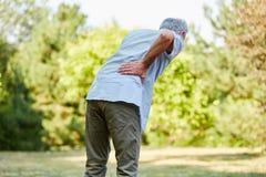 Vieil homme avec douleur dorsale Photos libres de droits