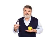 Vieil homme avec l'eau et la pomme Photo stock