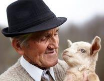 Vieil homme avec la chèvre de bébé Photos libres de droits