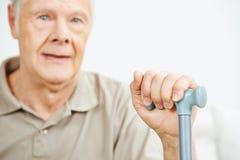 Vieil homme avec la main sur la canne Photographie stock