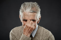 Vieil homme avec la migraine Image stock
