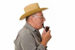 Vieil homme avec la pipe de fumage de chapeau Image libre de droits