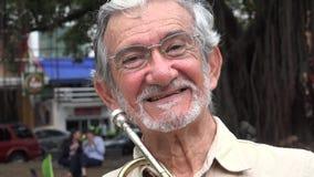 Vieil homme avec la trompette banque de vidéos