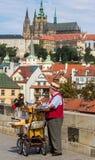 Vieil homme avec le château à l'arrière-plan Images stock