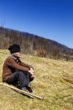 Vieil homme avec le chapeau ayant une coupure de travail Images libres de droits