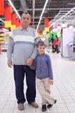 Vieil homme avec le garçon dans le système Photos stock