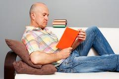 Vieil homme avec le livre intéressant Photo stock