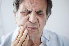 Vieil homme avec le mal de dents image libre de droits