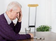 Vieil homme avec le mal de tête Image libre de droits