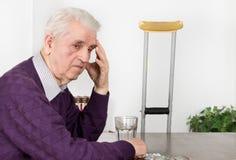 Vieil homme avec le mal de tête Photo libre de droits