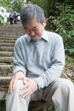 Vieil homme avec le problème de genou Photographie stock
