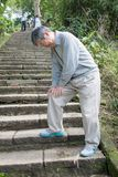 Vieil homme avec le problème de genou Photos stock
