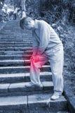 Vieil homme avec le problème de genou Photographie stock libre de droits