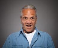 Vieil homme avec le regard étonné Photos stock