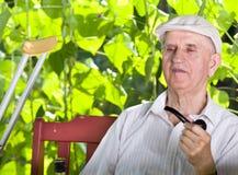 Vieil homme avec le tuyau de tabagisme Photo libre de droits