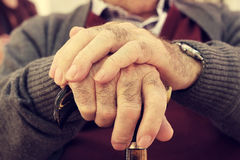 Vieil homme avec un bâton de marche Images stock