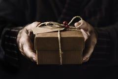 Vieil homme avec un cadeau de Noël Image stock