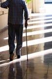 Vieil homme avec une canne Image libre de droits