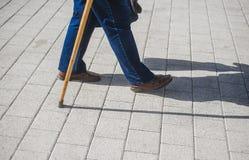 Vieil homme avec une canne normal Homme avec un bâton image libre de droits
