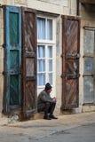 Vieil homme ayant une fumée photo libre de droits
