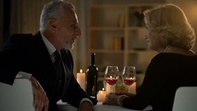 Vieil homme beau parlant à la femme en café, vieux amis parlant, dîner romantique banque de vidéos