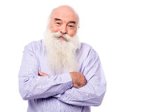 Vieil homme blanchi avec les bras croisés au-dessus du blanc Photos libres de droits