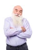 Vieil homme blanchi avec les bras croisés au-dessus du blanc Photographie stock libre de droits