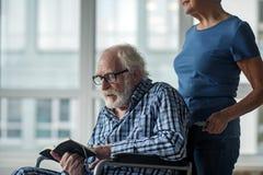 Vieil homme calme ayant avoir des problèmes de santé Photo stock