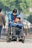 Vieil homme chinois dans un fauteuil roulant, Guangzhou, Chine Photos stock