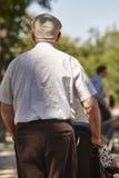 Vieil homme conduisant son épouse sur un fauteuil roulant Soins de santé Photo libre de droits