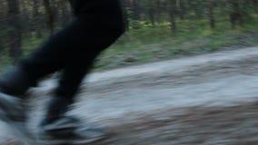 Vieil homme courant dehors dans une forêt conifére clips vidéos