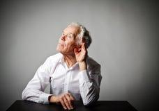 Vieil homme curieux dans le blanc images libres de droits