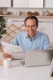Vieil homme délicieux appréciant la routine de matin à la maison Image libre de droits