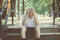 Vieil homme déprimé photo libre de droits