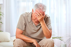 Vieil homme déprimé Image libre de droits