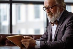 Vieil homme d'affaires établissant le projet Image stock