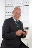 Vieil homme d'affaires au téléphone Photo stock