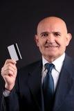 Vieil homme d'affaires avec la carte de crédit et le mobile Photos stock