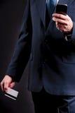 Vieil homme d'affaires avec la carte de crédit et le mobile Photographie stock libre de droits