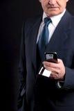 Vieil homme d'affaires avec la carte de crédit et le mobile Photos libres de droits