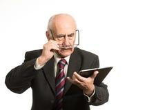 Vieil homme d'affaires avec la tablette image libre de droits