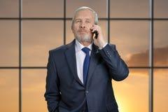 Vieil homme d'affaires avec le portrait de téléphone Photos stock